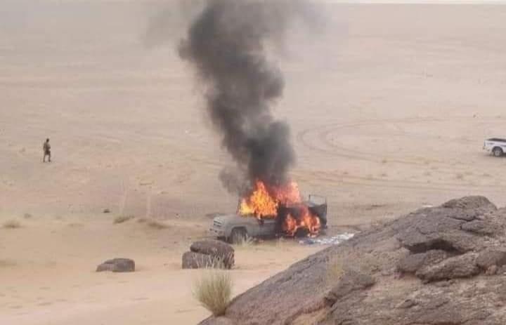 الصورة لطقم حوثي احرقه رجال الجيش الشهر الماضي في العلم بجبهة النضود